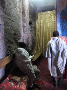 Feligreses rezando en el interior de una de las iglesias