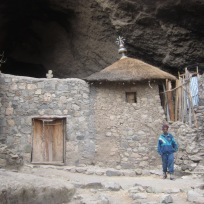 Iglesia tallada en piedra en la que me negué a entrar por que el guardia (en la foto) me pedía un dineral